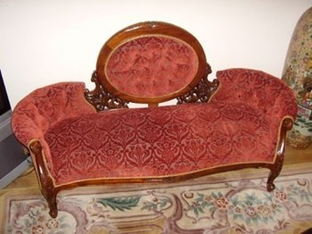 VICTORIAN STYLE DOUBLE ENDED SPRUNG SOFA.