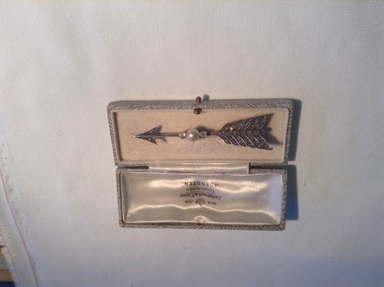 Victorian gold and silver arrow brooche.